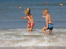 image spelende-kinderen-in-zee-paal-17-0708-3-jpg